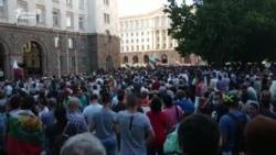 Против правителството и против президента. За какво бяха двата паралелни протеста на 10 юли