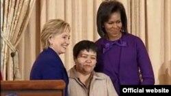 Мўътабар Тожибоева АҚШнинг собиқ Давлат котиби Ҳиллари Клинтон ва АҚШнинг биринчи хоними Мишел Обама билан. 2008 йил.