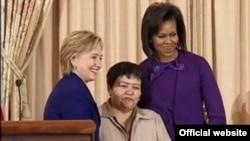 Правозащитница Мутабар Таджибаева (в центре) в окружении госсекретаря США Хиллари Клинтон и первой леди США Мишель Обама на вручении награды за гражданской мужество. Вашингтон, 11 марта 2009 года.