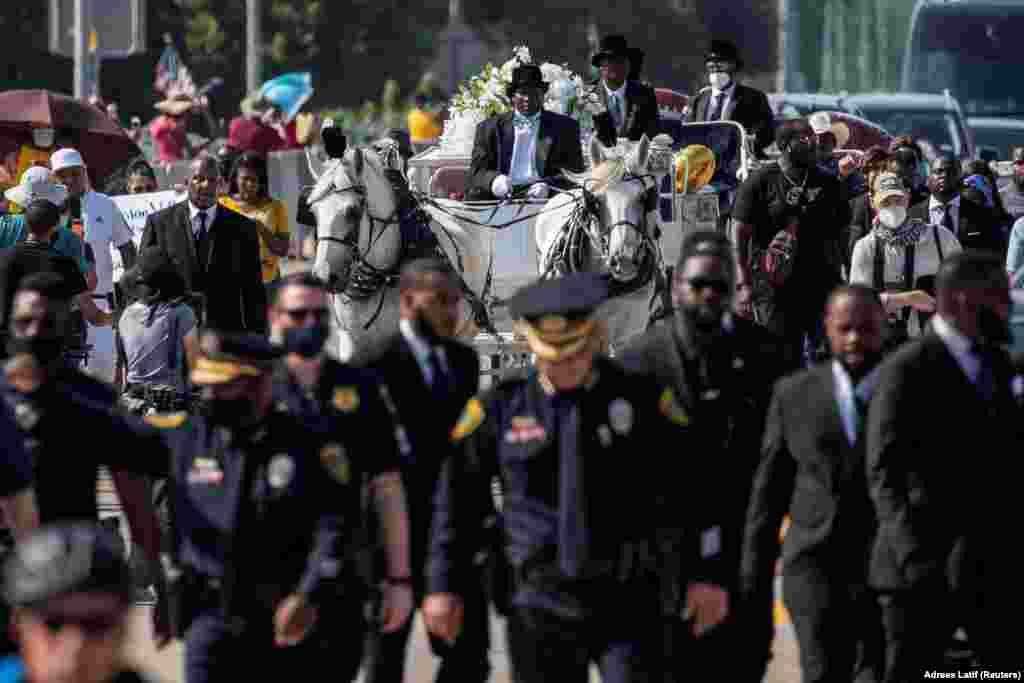 Polițiștii au deschis drumul carului pe care era depus sicriul lui George Floyd.