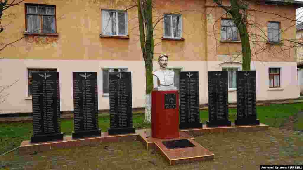 Меморіал загиблим екіпажам пікіруючих бомбардувальників 40-го Констанцського авіаполку, що базувався в селищі в період Другої світової війни