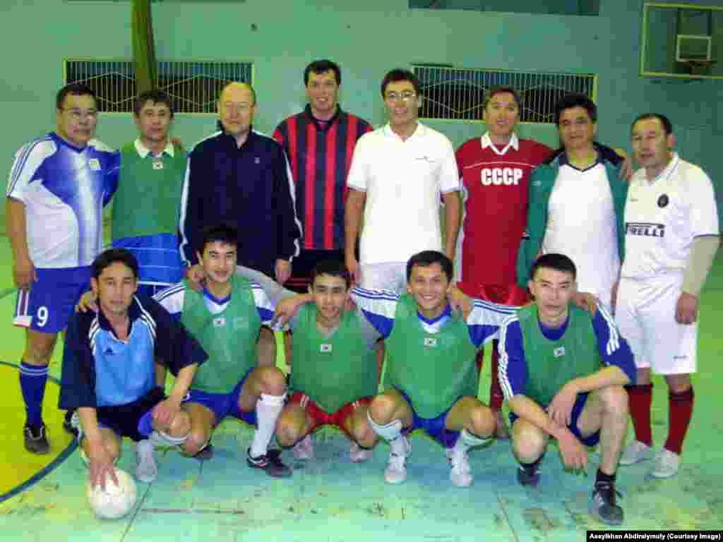 Алтынбек Сарсенбаев (третий во втором ряду) на спортивном празднике.