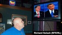 Dezbaterea televizată Obama-Romney văzută dintr-un bar-restaurant la Steubenville, OH.