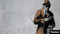 Grafit na zidu ispred Britanske obaveštajne agencije u Čeltenhamu, Velika Britanija. 2014.