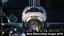 Вице-президент США Майк Пенс выступает на фоне шаттла на заседании Национального космического совета. Шантильи, 5 октября 2017 года.