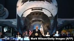 АҚШ вице - президенти Майк Пенс Миллий коинот кенгашида сўзламоқда.