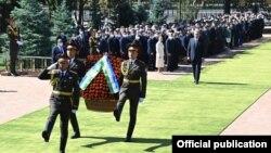 Ислом Каримов ҳайкали пойига гулчамбар қўйиш маросими. Президент матбуот хизмати фотосурати.