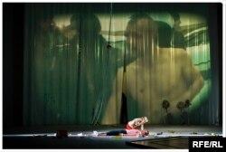 Скрін-шот зі спектаклю «Дзяди-ІІІ» (на екрані портрет козака Гаврилюка). Автор фото – Бартек Важеха (фото з сайту dramatyczny.pl)