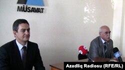 Ժողճակատի առաջնորդ Ալի Քերիմլին (ձախից) եւ «Մուսավաթ»-ի ղեկավար Իսա Ղամբարը ազդարարում են նախընտրական դաշինք ստեղծելու մասին, Բաքու, 8-ը սեպտեմբերի, 2010թ.