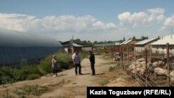 Софроний әкей басқаратын ғибадатханаға қарасты шаруашылық жерлер мен қора-қопсы. Алматы облысы, 24 шілде 2013 жыл