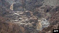 Үле диңгезенең көнбатыш ягында текә шәрә тау-кыялар тезелеп киткән