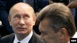 Orsýetiň prezidenti Wladimir Putin (Ç) ukrain kärdeşi Wiktor Ýanukowiç bilen, Kiýew, 27-inji iýul, 2013.