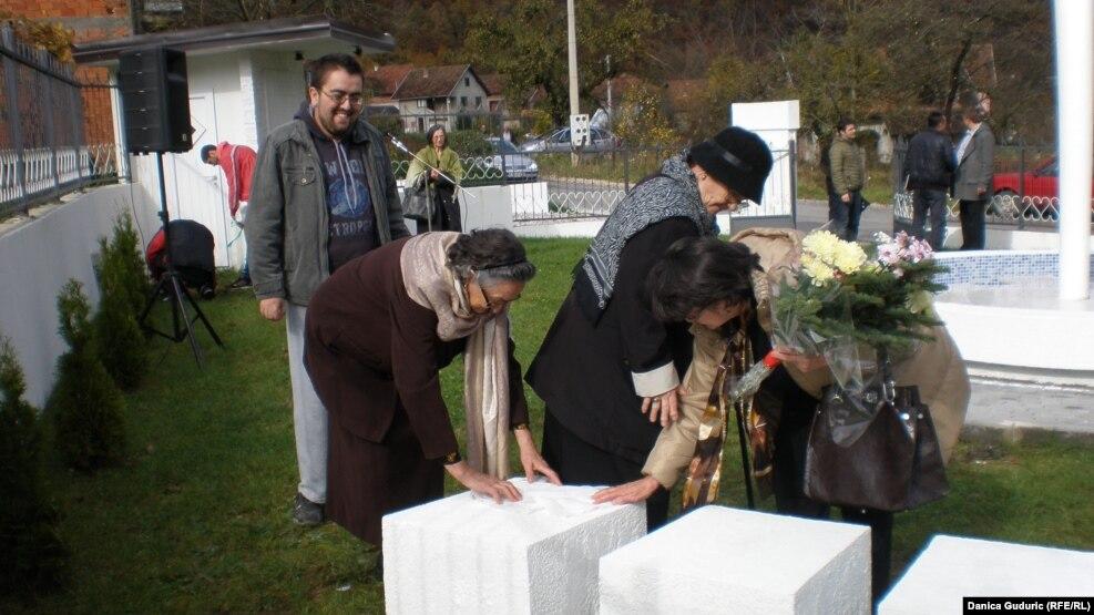 """""""Ko će meni da nadoknadi moje detinjstvo, koje sam rastao bez oca"""", poručio je Omer Hodžić sa godišnjice obeležavanja zločina."""