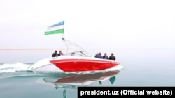 Шавкат Мирзияев знакомится с Сардобинским водохранилищем, 2017 год.