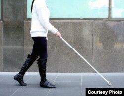 Незрячий человек идет по улице. Иллюстративное фото.