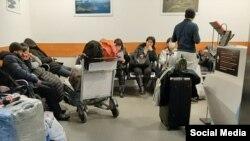 Мигранты в аэропорту в России.