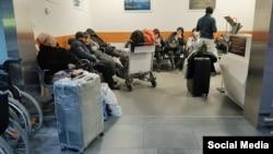 Орусияда аэропортто кармалып турган мекендештер.