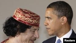 """Муамар Кадафі і Барак Абама ў часе саміту """"вялікай васьмёркі"""" , ліпень 2009 г."""