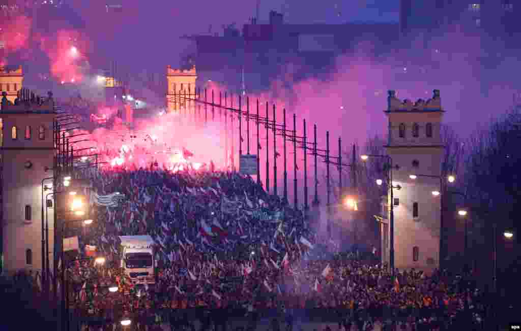 Участники шествия по случаю Дня независимости Польши 11 ноября