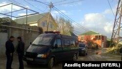 Իրավապահները ժամանել են խուզարկելու Խադիջա Իսմայիլովայի բնակարանը, 6-ը դեկտեմբերի, 2014թ.