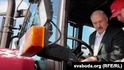 Lukashenka traktorun sükanı arxasında