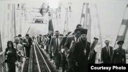 Acum treizeci de ani, pe Podul de flori de la Ungheni