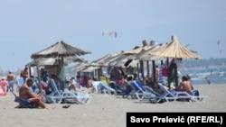 Ove godine cijene su 8 eura za gornji red, za srednji 10, a za baldahine 20 eura (plaža u Ulcinju)