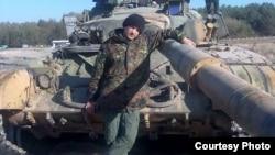 Богдан Пантюшенко рядом со своим танком Т-64 в сентябре 2014 года