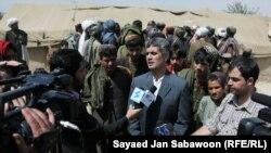 """Шефот на бирото на РФЕРЛ во Кабул Mohammad Amin Mudaqiq на промоција на """"Радио за Авганистанкиот народ"""" во бегалски камп во Кабул во Септември 2010"""