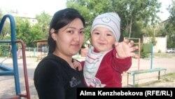Жаннат Тузельбаева с сыном. Алматы, 4 июня 2014 года.