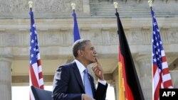 Barack Obama la Poarta Brandenburg înainte să-şi rostească discursul