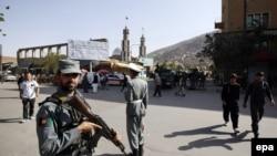 Pjesëtarët e sigurisë afgane rreth vendit ku ka ndodhur një sulm me makinë bombë në Kabul
