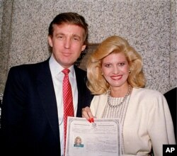 Дональд Трамп і його дружина після того, як Івана була приведена до присяги на громадянство Сполучених Штатів у травні 1988 року