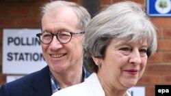Ұлыбритания премьер-министрі Тереза Мэй күйеуі Филиппен бірге дауыс беру учаскесінде. Соннинг, 8 маусым 2017 жыл.
