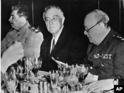 Зліва направо: Сталін, Рузвельт і Черчилль. Ялтинська конференція. Крим, 11 лютого 1945 року