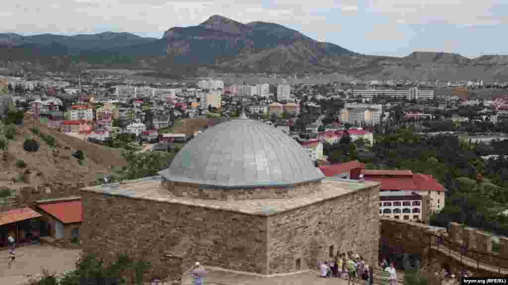 Храм з аркадою або мечеть Падишах Джамі. Як проходить осінь біля Судацької фортеці – в нашій фотогалереї