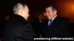 Сооронбай Жээнбеков и Владимир Путин в аэропорту в Бишкеке.