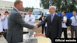 Анатолий Чубайс (с) һәм Рөстәм Хәмитов медицина үзәгенә нигез ташы сала, Уфа, 3 август 2012