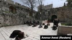 მლოცველები ალ-აქსას მეჩეთთან