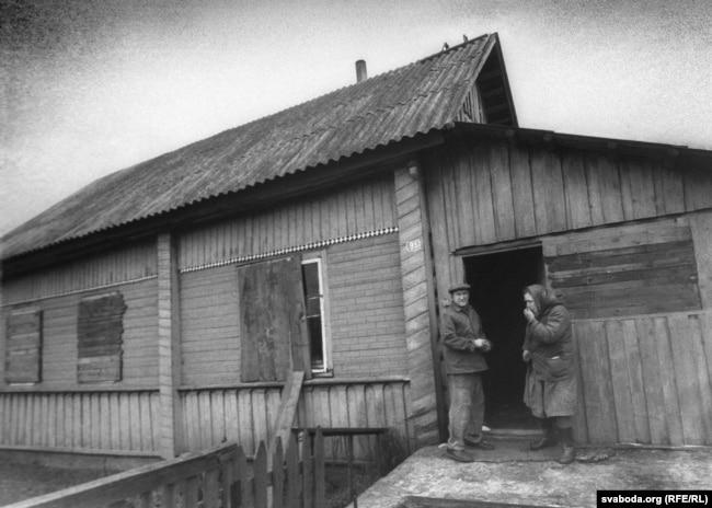 Хозяева посещают свой дом в отселенной деревне Веприн
