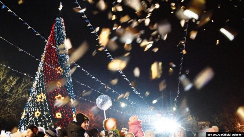 В Севастополе с нижней части новогодней елки украли игрушки (+фото)