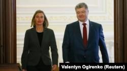 Shefja e BE-së Federica Mogherini dhe presidenti ukrainas, Petro Poroshenko