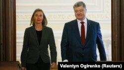 Шефицата за надворешна политика на ЕУ, Федерика Могерини со украинскиот претседател Петро Порошенко