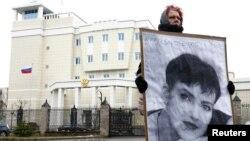 Вольга Мікалайчык пікетуе пасольства Расеі ў Менску