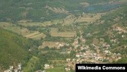 Селото Слатино и Слатинско Езеро во општина Дебарца.