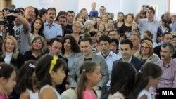 """Прв училиштен ден. Премиерот Никола Груевски присуствуваше на пуштањето во употреба на новото основно училиште """"Александар Македонски"""" во општина Аеродром."""