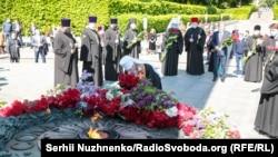 Глава УПЦ (МП) Онуфрій під час покладання квітів до Вічного вогню в Парку Слави. Київ, 9 травня 2020 року