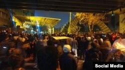 صحنهای از اعتراضهای روز شنبه، مقابل دانشگاه امیرکبیر تهران