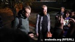 Журналісты Уладзь Грыдзін (зьлева) іАляксандар Васюковіч пасьля вызваленьня зізалятару навуліцы Акрэсьціна. Менск, 24 верасьня 2020 году