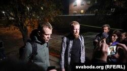 Журналісты Уладзь Грыдзін і Аляксандар Васюковіч пасьля 11 сутак зьняволеньня выйшлі на волю з ізалятару на вуліцы Акрэсьціна. Менск, 24 верасьня 2020 году.